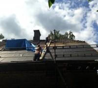Här ser ni rännan vi byggde för att få ner teglet och lite av storleken på taket.
